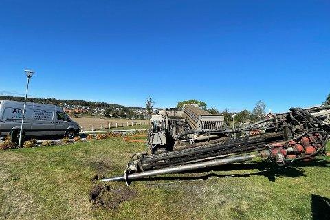 Torkild Smerthu tok mandag et første viktig skritt for å få lagt om vannledningen som delvis ligger under Skiptvet kirkegård.