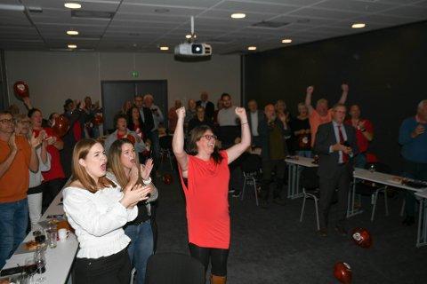 Kathrine Hestø Hansen og  Ap gleder seg over det som ser ut til å bli en klar rødgrønn seier ifølge NRKS valgdagsmåling.