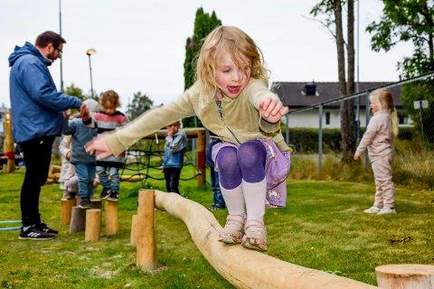 Den nye balanseløypa ble tatt i bruk med futt og fart. Her viser Zoe McLeod (5) gode balansekunster.