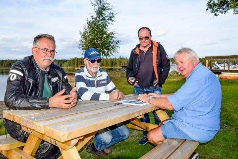 Båtentusiastene Kåre Wiik (f.v.), Birger Slupstad, Sigmund Heed og Per Ivar Bergseth er svært positive til et fremtidig anlegg for overføring av båter fra Østre Otteidvika i Stora Lee til Vestre Otteidvika i Haldenvassdraget.