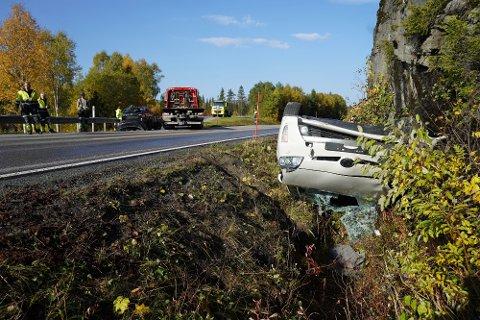 Snåsaheia: En av de tre bilene ble liggende på taket i grøfta etter ulykka på Snåsaheia.