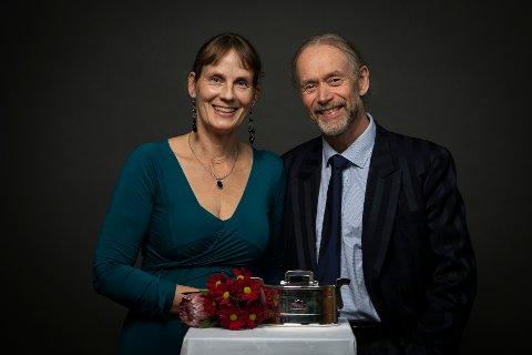 SØLVTINA: Inga Lill Viem og Bjørn Ness fra Øverbygda ble hedret med Sølvtina for for 15 år med elitemelk.