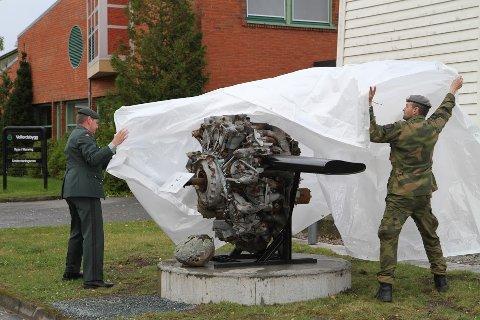 Flymotor: En flymotor montert på sokkel, lik denne som står på Værnes, skal nå monteres oppe ved minnepiramyden på Plukkutjønnfjellet.