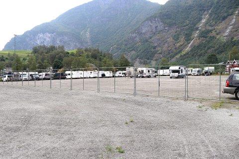 PARKERING: Bruken av fotballbana i Flåm til parkering er no blitt evaluert.