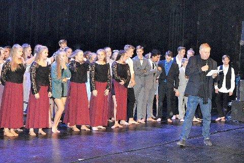 DYRT: Ove Henning Solheim, som starta Dans utan grenser, seier dei fleste andre kommunar betalar heile eller delar av prisen. Her er han med dansarar i Sogndal kulturhus under 10- årsjubileet for Dans utan grenser.