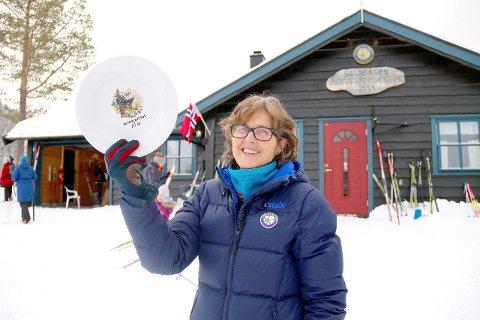 GOD DELTAKING: Kristin Jevnaker Seim (56) deler vanlegvis ut premiar til deltakarane i Aosarennet. Men akkurat fatet som er det synlege beviset på at ho har gått 25 renn, måtte einkvan av dei andre eldsjelene høgtidleg overrekkja.