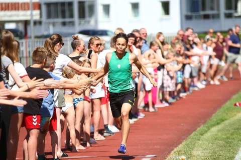 I HUNDRE: Det vart ikkje verdensrekord, men det var ikkje fordi Knut Werge-Olsen ikkje sprang fort nok. Totalt fekk han gjeve high five til 294 personar på 37 sekund.