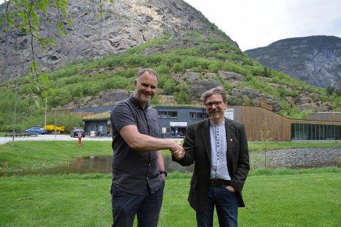 AVTALE: Lærdal kommune har inngått intensjonsavtale med Flåm AS om drift av Villaksenteret i Lærdal. Både rådmann Alf Olsen jr. og Nils Asbjørn Lie i Flåm AS er nøgde med intensjonsavtalen. (Foto: Ole Ramshus Sælthun)
