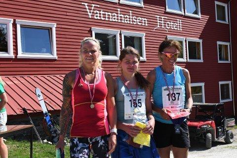 LOKAL VINNAR:Vinnar Anna Elise Borlaug i midten, Ann-Kristin «Kin» Midtun (t.v) sprang inn til ein tredjeplass.Til høgre sølvvinnar Astrid Olafsdottir. (Foto: arrangør)
