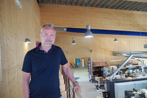 INVESTERER: Dagleg leiar Kjetil Hovland på Digital Etikett i Gaupne investerer i ny maskin til over sju millionar kroner. Dei siste to åra har han investert for 24 millionar kroner i nytt utstyr for å hengja med i den teknologiske utviklinga.