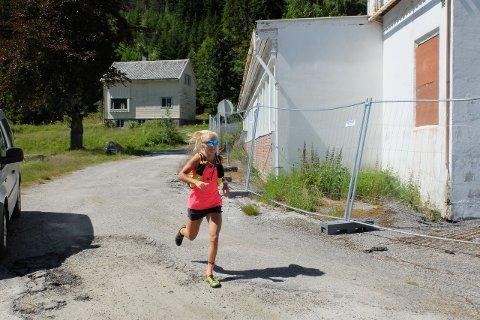 GODT I GANG: Malene Blikken Haukøy (26), her på veg forbi Harastølen, starta den 250 km lange springeturen frå Skjolden til Hyllestad kl. 9 i dag tidleg.