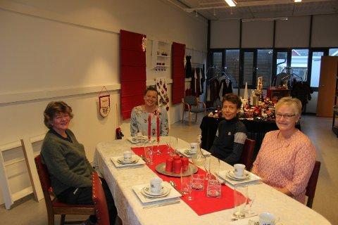 JULEBUTIKK: Her finn di brukte skattar til jul, lovar Frøydis Helland (lengst frå kamera). På biletet elles ser me Anne Karin Kvamme, Anne Kristin Evensen frå Frivilligsentralen og Linda Haraldsdotter Skjoldal Larsen.