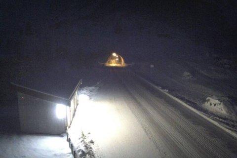 VINTER: Slik såg det ut ved Frudalstunnelen på riksveg 5 like før klokka 8 torsdag. (Skjermdump frå webkameraet til Statens vegvesen)