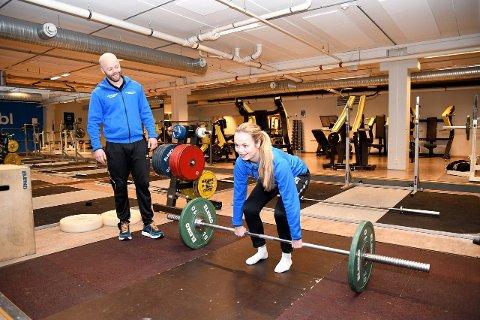 STYRKETRENING: Riktig teknikk i styrkeøvingar er viktig for alle som trenar. Øyvind Brennset og Siri Nesheim er klare til å instruera ungdom mellom 13 og 15 år. (Foto: Keth Øren)