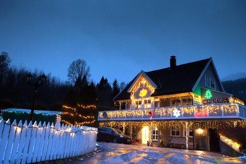 JULEHUSET: Også i år er huset til familien Ertsland i Leikanger pynta litt eksra til jul.