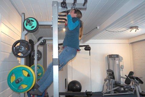 VISER STYRKE: Marte Meland i Breheimssenteret viser at ho har styrke i armane. (Foto: Wenche Schanke Eikum)