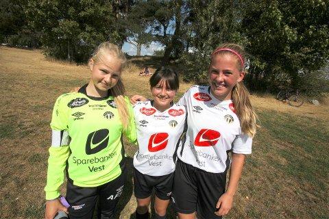 GJENSYNSGLEDE: Astrid Alexandra Grepstad (i midten) har kome heim att til Sogndal for å hjelpe laget i Norway Cup. Søndag vart det 2 mål på den utflytta jenta.