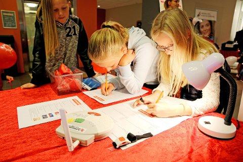FORSKINGSDAGAR: Barn og ungdom med ein liten forskar i magen får òg høve til å utforska nye tema på Forskingstorget. Biletet er frå forskingsdagane i 2016.