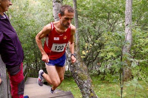 SUVEREN: Rune Oppem gjorde nett slik han gjorde i Vettisløpet: sprangdetaller, aller meste avløpet i einsam majestet. Her i fint driv opp trappene til Ytre Moa.
