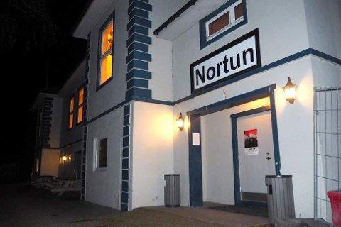 FEST: Fredag kveld var det fest i Nortun. Fleire av festdeltakarane enda i politiloggen.