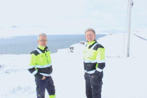 FARLEG: - Den isen som ligg att på Torolmen (i bakgrunnen) er langt frå trygg, seier Per Magne Gullaksen og Åge Hestetun. Dei åtvarar på det sterkaste mot å kryssa isen.