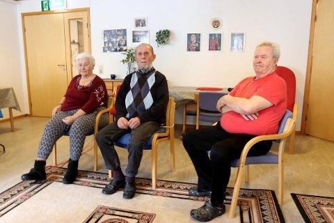 MISNØGDE: Tordis Reinen, Olav Reinen og Kjell H. Nielsen tykkjer det er dumt at nye praksisen gjer det dyrt og vanskeleg å koma seg på trening i Sogndal. (Foto: Sigrid Nese)
