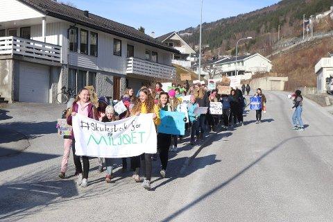 STREIKA: Elevane skulestreika for å krevja betre klimatiltak. Dei gjekk i tog frå Sogndal vidaregåande skule til kommunehuset i sentrum. (Foto: Sigrid Nese)