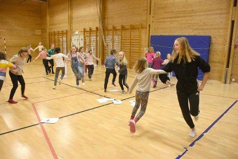 Showtime: Her underviser Louise borna som deltek i «Showtime» i gymsalen på Kaupanger skule.