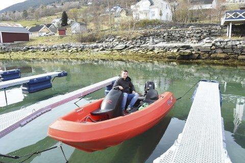 TEK SEG EIN TUR: Daniel tek kanskje båten ut på fjorden litt seinare. (Foto: Ingvild Bakken)