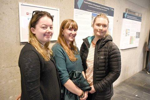 VILLE VERA MED: Ida Nornes (f.v.), Ingrid K. Koren og Anne Gjerde har studert korleis lokale reiselivsbedrifter tilpassar seg klimaendringar, og tok sjølve initiativ til å visa det fram på klimakonferansen.