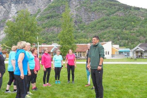 MOTIVERTE: Yngvar Andersen fekk seniorane med på øvingar gjennom ei lengre treningsøkt. (Foto: Wenche Schanke Eikum)