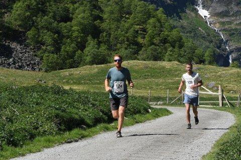 FLÅMSDALEN: Daniel O Connor frå Flåm (nr. 124) og Einar Nesse Johnsen frå Leikanger (nummer 128) i ei tidlegare utgåve av løpet. (Pressefoto)