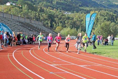 ØNSKJER FLEIRE: Sogn og Fjordane Friidrettskrins arrangerer stemne på Kvåle stadion onsdag ettermiddag. Dette er del av ein turné med mål om rekruttera fleire til idretten. (Arkivfoto)