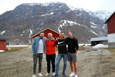 I VEITASTROND: Programleiar Endre Romøren og sidekick Morten Sortland er denne gongen i Veitastrond, der Frank Heggestad og Kurt Heggestad er gjester i fotballpodkasten Radl om badl.