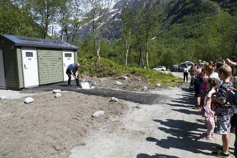 ISKNUSAR: Ordførar Jarle Aarvoll markerte opninga av toalettanlegget ved Supphellebreen ved å knusa ei isblokk.