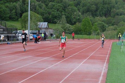 100-meteren: F.v. Eirik Skrede Valvik (Syril) med tida 12:43, Knut Werge Olsen (Jotun) med tida 11:55 og Amanda Marie Dyngen (Syril) med tida 15:79, her omlag halvvegs på 100-meteren.