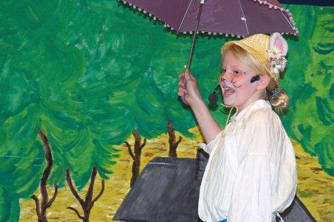 songprestasjonar: Mange song solo under førestillinga. Her er det Bestemor skogmus som er i farta med paraplyen.
