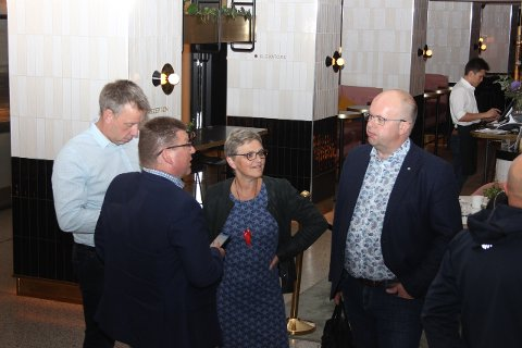 SONDERINGAR: Arve Helle, Ap, Trude Brosvik, KrF og Sigurd Reksnes, Sp, i ein pause i sonderingane. (Foto: Jan Egil Fimreite)