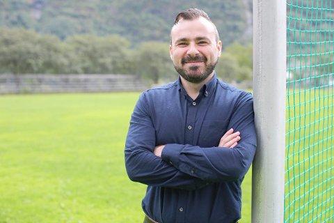 VIL BLI TRENAR: Merim Brkic (34) drøymer om å bli fotballtrenar og vil til Europa for å ta utdanninga. Til dagleg bur han i den kinesiske byen Nanjing, der han har etablert sitt eige lag. (Foto: Morten Sortland)