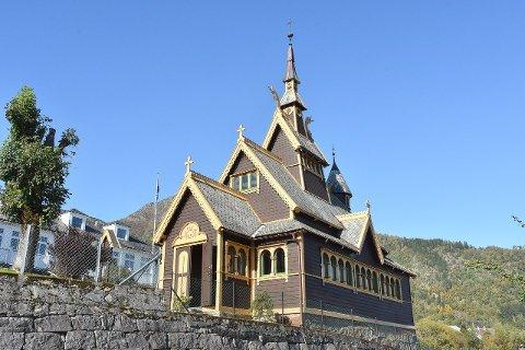 INSPIRERT AV STAVKYRKJER: St. Olaf kyrkja i Balestrand, også kalla Den engelske kyrkja, er teikna av arkitekt Jens Zetlitz Kjelland. (Foto: Ingvild Bakken)