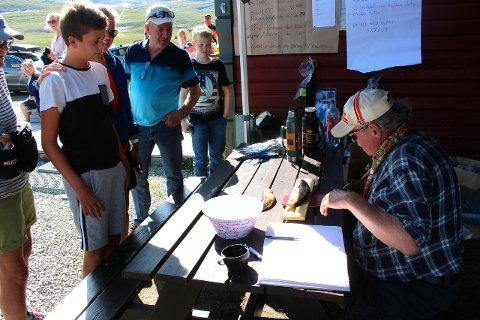 DRYG KILOPRIS: Med ein fisk på 176 gram, sikra Leo Elgsaas seg fyrstepremien på 2.000 kroner under fiskekonkurransen på Torolmen laurdag. Arne Moen kontrollmåler.