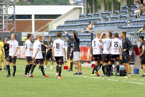 VIL FORLENGJA: Eirik Bakke vil halda fram som trenar i Sogndal. - Eg håpar at me har ei avklaring tidleg i august, seier han. (Foto: Rune Sjøberg)