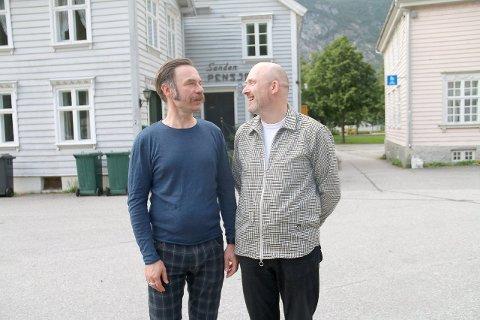 Nye planar: Hallvard Trohaug og Jon E. Tamnes (t.h.) vart meir eller mindre tilfeldig pensjonatvertar på Gamleøyri. I desse dagar rundar dei 25 års jubileum med Sanden pensjonat.