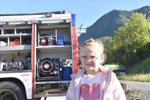 SPANANDE OG ARTIG: Thea Strong Røysum (5) kunne tenkja seg å verta brannkonstabel. (Foto: Ingvild Bakken)