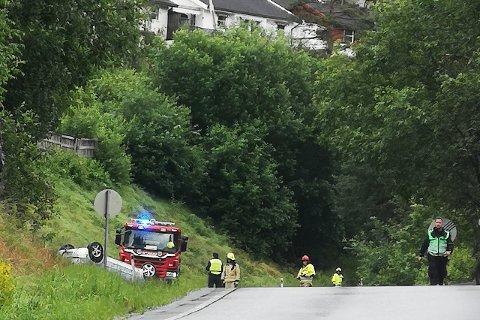 KØYRE AV VEGEN: Ein bil har hamna utfor vegen på Kjørnes. (Foto: Jonas Førde)
