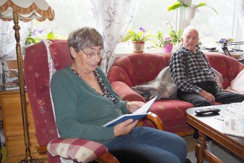 SKREIV DAGBOK: Bjarne Sperle fortalde, og kona Sigbjørg noterte etter flaumen i 1979. Her les Sigbjørg høgt frå dagboka frå den gongen. (Foto: Wenche Schanke Eikum)