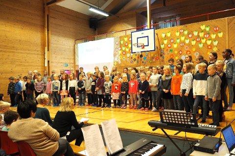 BARNS RETTAR: Elevar frå fleire trinn samarbeidde om å presentera barnekonvensjonen med opplesing og song. (Foto: Wenche Schanke Eikum)
