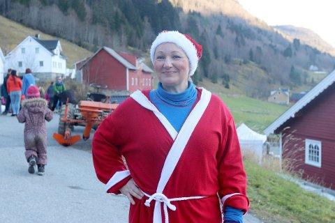 OVERVELDA: Rachel Engsbråten, dama bak Frøken Engsbråten, er overvelda over at over 600 menneske tok turen til julemarknaden hennar på Øvretun gard i Øvstedalen. -Det er veldig kjekt.