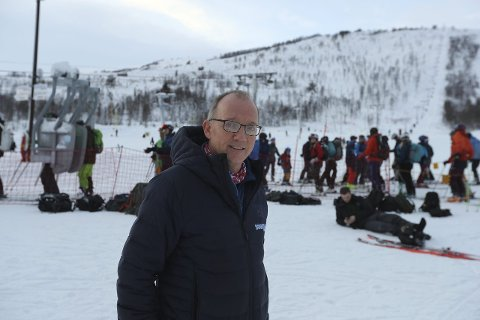 FULLT HUS: Over 1.000 gjester storkosa seg i skikkeleg Hodlekve-snø denne opningsdagen. Sjefen sjølv, Per Odd Grevsnes, har aldri sett så mange gjester på ein opningsdag nokon gong. (Foto: Håvard Nesbø)