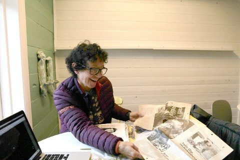 NOSTALGI: Mai Karin smilande, medan ho syner eit eldre avisutklipp. (Foto: Anders Huke)